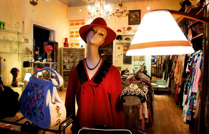Schmeiß dich in Schale bei Firlefanz, einem Berliner Laden voller großartiger Vintage-Kleidung.