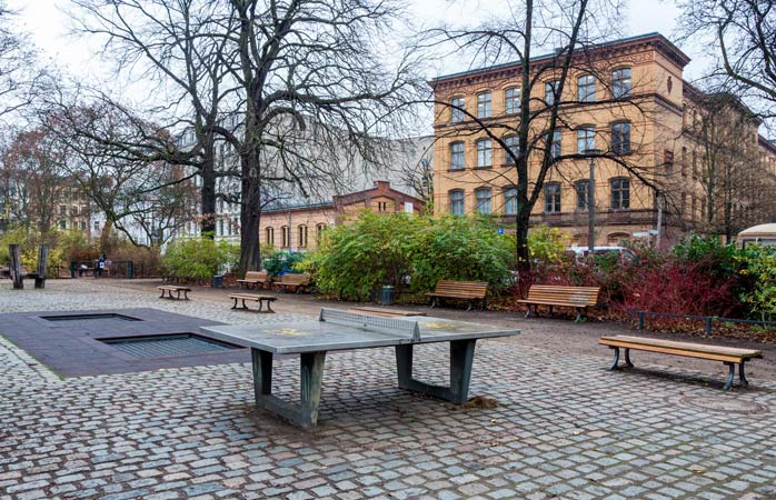 Spiel eine spontane Partie Tischtennis an einer der zahlreichen Platten in der Stadt
