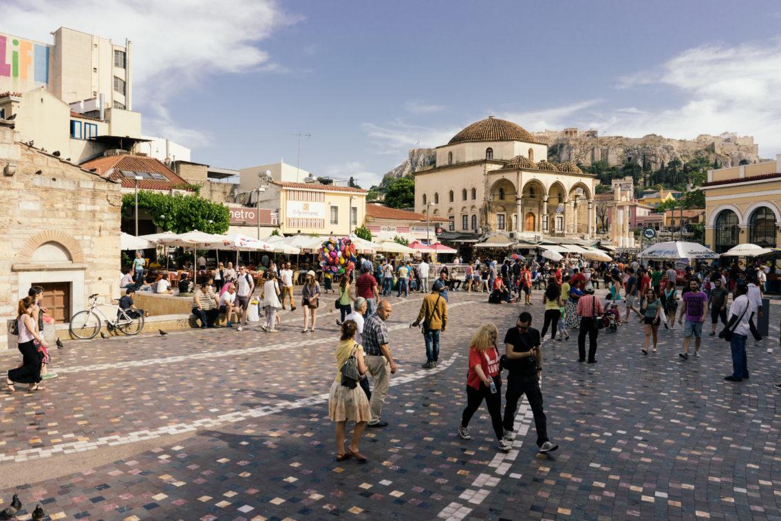 Der Monastiraki-Platz mit Blick auf die Akropolis im Hintergrund