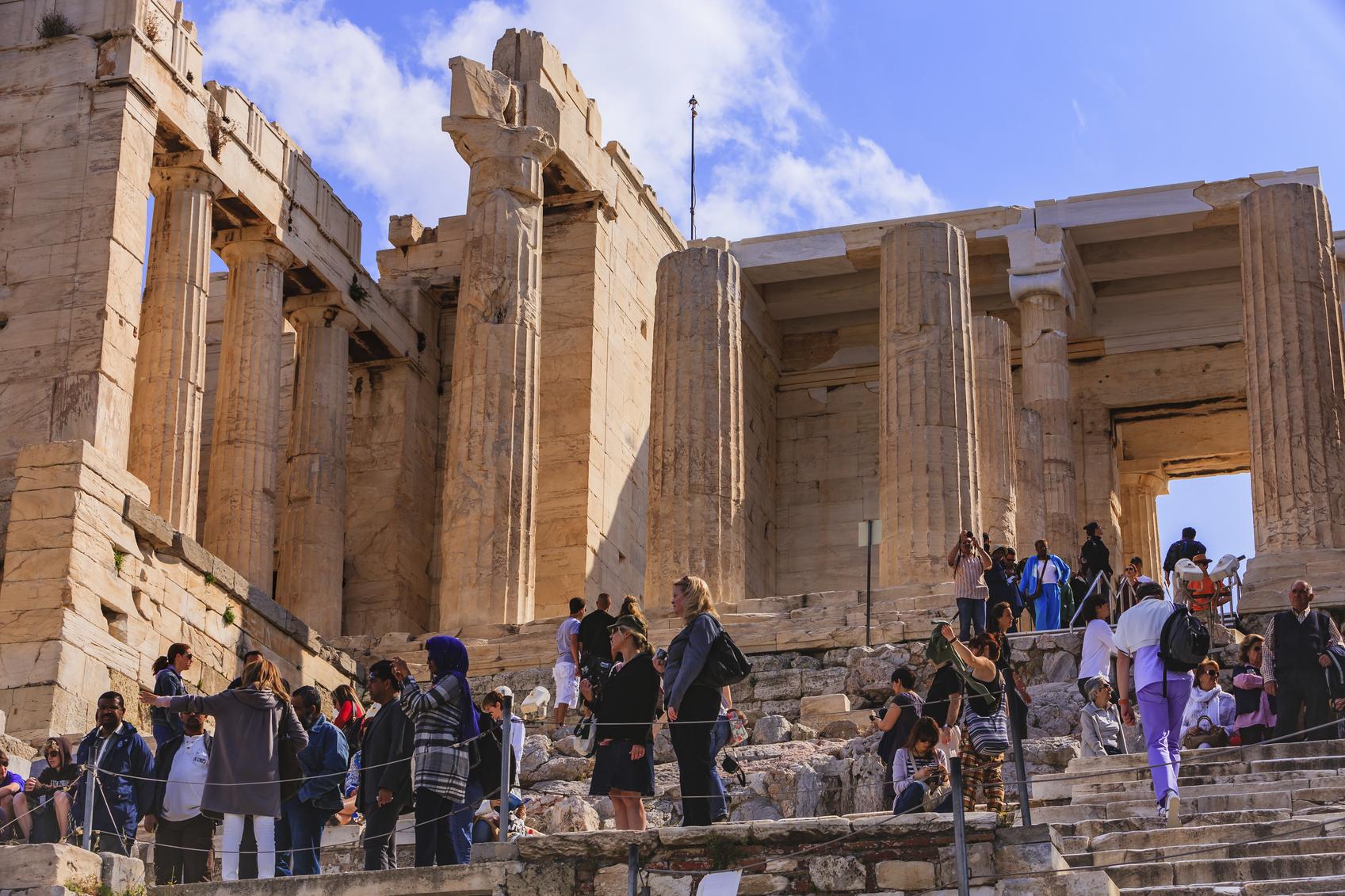 Die Akropolis ist barrierefrei, aber du solltest am frühen Morgen oder späten Abend herkommen, um die Besuchermassen und die sengende Hitze zu vermeiden