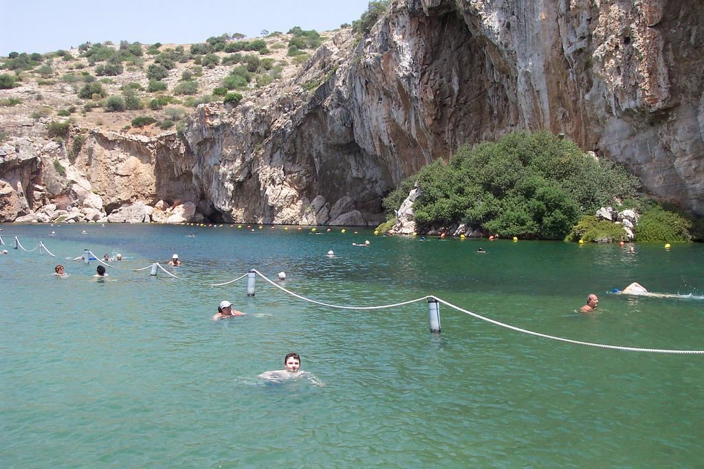 Das Wasser des Sees von Vouliagmeni hat das ganze Jahr über eine angenehme Temperatur von 24 Grad