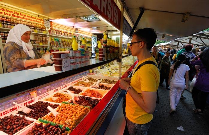 Gönn dir ein paar der türkischen Köstlichkeiten auf dem türkischen Markt von Kreuzberg