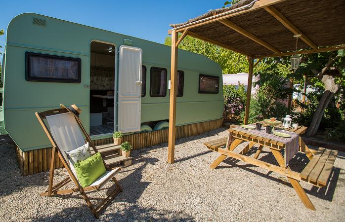 Camping Miramar in Spanien mit Vintage-Wohnwagen