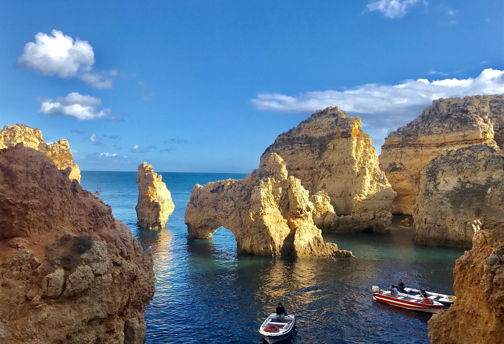 Goldene Sandsteinklippen, natürliche Tunnel und verborgene Grotten am Strand Ponda da Piedade