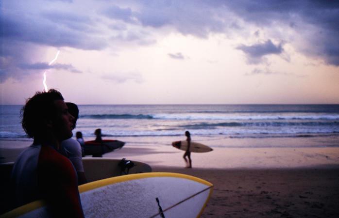 Eine Gruppe Surfer macht sich bereit, hinaus aufs Wasser zu gehen.