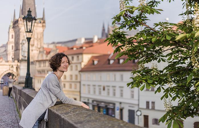 Der wahrscheinlich magischste Ort, um in Prag eine Pause einzulegen und dem Treiben zuzuschauen, ist die Karlsbrücke