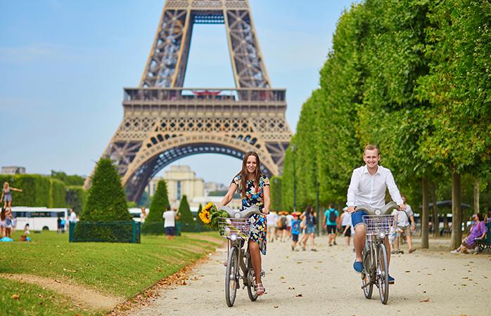 Mindestens einmal im Leben solltest du den faszinierenden Eiffelturm hinaufblicken