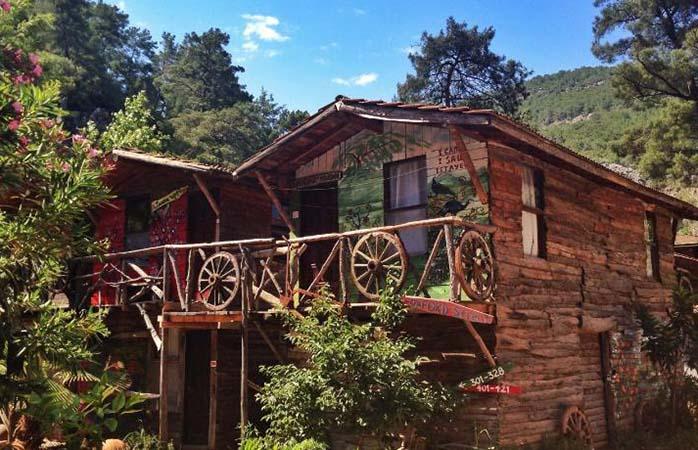 Eine typische Suite im Kadir Treehouses Resort in Olympos, Türkei