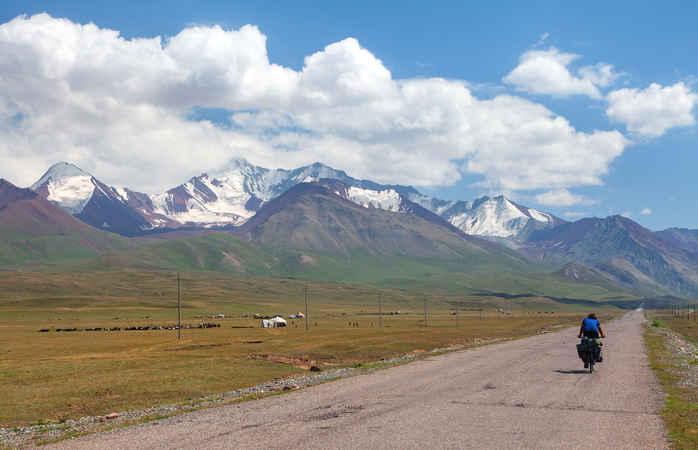 Das hoch aufragende Pamir-Gebirge begleitet dich auf deinem Abenteuer auf der Pamirstraße